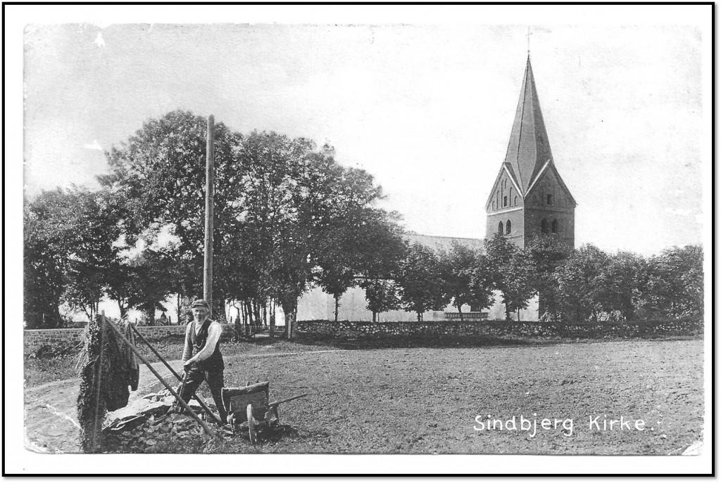 Sindbjerg Kirke med vejmanden, der hugger skærver