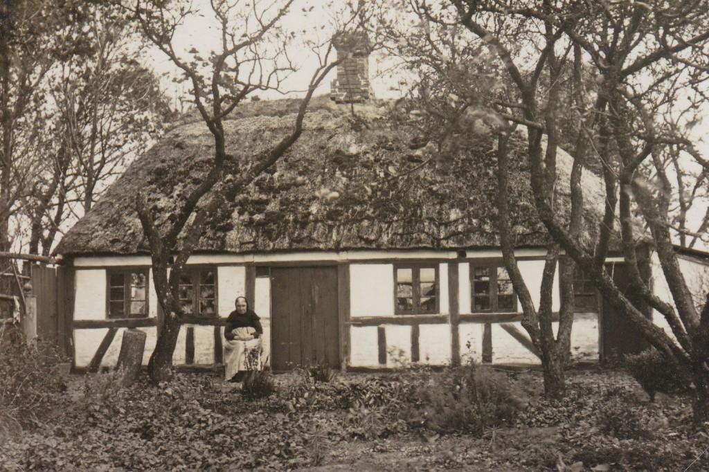 """""""Barbars hus"""" . Det lå på Sindbjerglundvej ca. overfor vejen op til nr. 10. Barbara Olesen, der boede der, døde i 1928, og derefter blev huset brækket ned."""